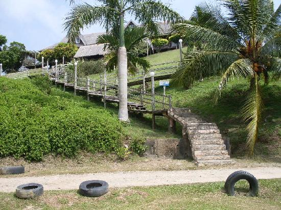 Tempurung Seaside Lodge: The stairways to the lodge