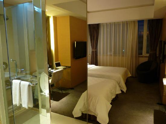 Ningfeng Hotel: shower + beds