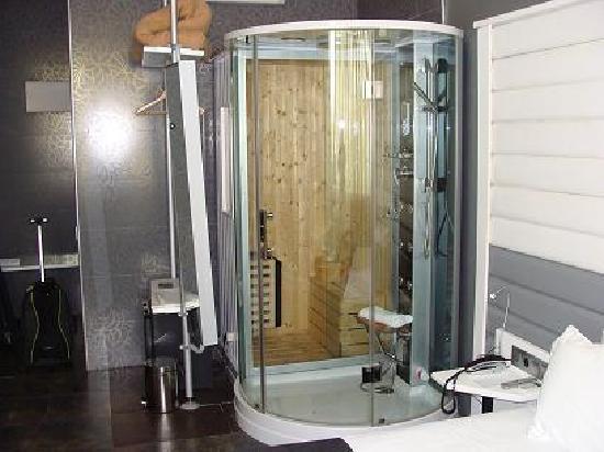 Nastasi Hotel & Spa: Columna de hidromasaje y sauna de las habitaciones