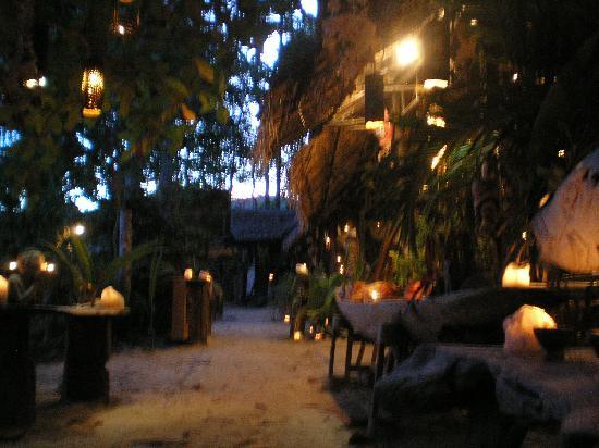 Viking Natures Resort: beautiful candles at night at the restaurant