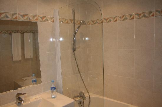 Hotel Restaurant Les Minotiers: baños de las habitaciones