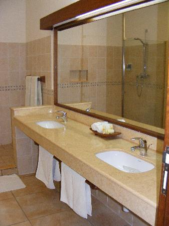 Baobab Beach Resort & Spa: Fantastic bathrooms.