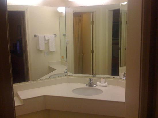 Motel 6 Houston Medical Center - Reliant Park: Bathroom in deluxe suite