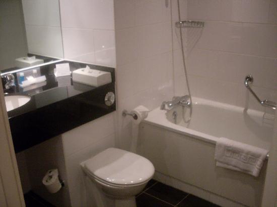 Crowne Plaza Solihull: room 117 nice bathroom