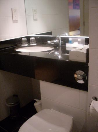 Crowne Plaza Solihull: room 117 sink and toilet..spotless