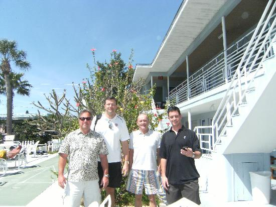 Traveler Motel: Ray,Steve, Kerry and Scott in front of the hotel