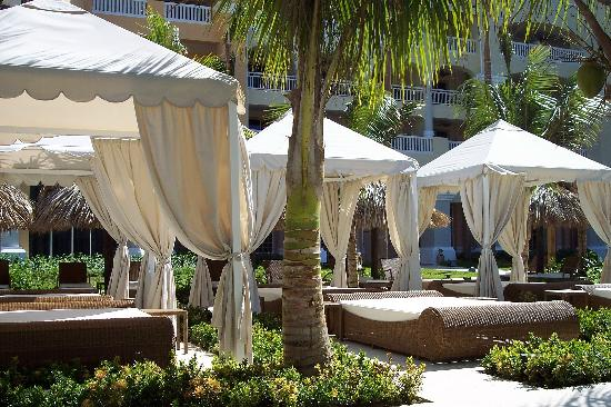 Iberostar Grand Hotel Rose Hall: The beds by the pool