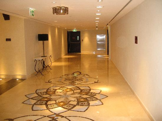 Hilton Ras Al Khaimah Resort & Spa: Corridor next to reception.