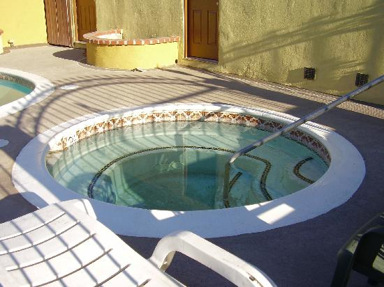 Americas Best Value Astoria Inn and Suites: The Hot Tub