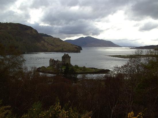 The Schoolhouse Rooms: Eilean Donan Castle is less than 5 minutes walk