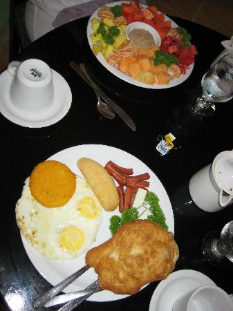 Anton Valley Hotel: Panamanian breakfast & fruit plate
