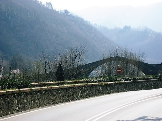 Lucca, إيطاليا: Devil's bridge- Bagni da Lucca