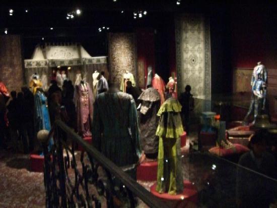 Musee des Tissus et des Arts Decoratif: Paper dresses