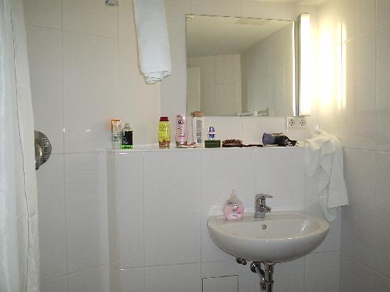 Hotel Die Schule: Baño habitacion 22