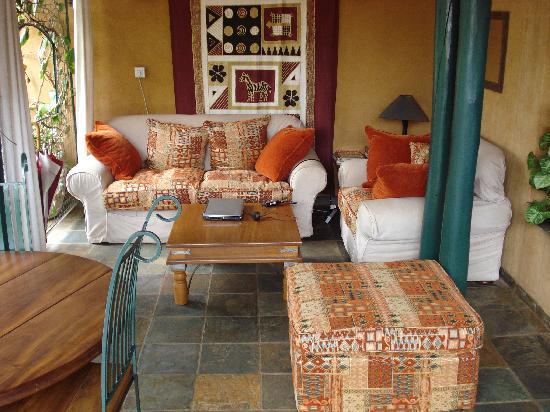 Hotel Le Bougainviller: Coin lecture et bar