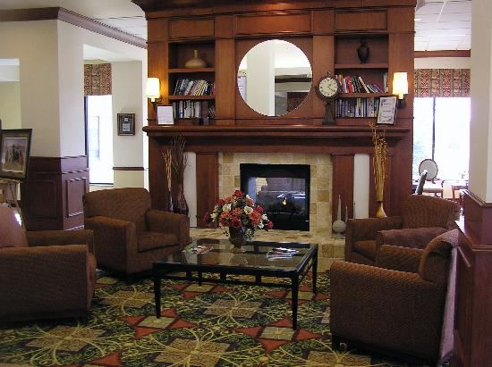 Hilton Garden Inn Oconomowoc: Lobby sitting area