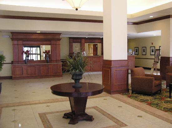 Hilton Garden Inn Oconomowoc: Open, inviting lobby