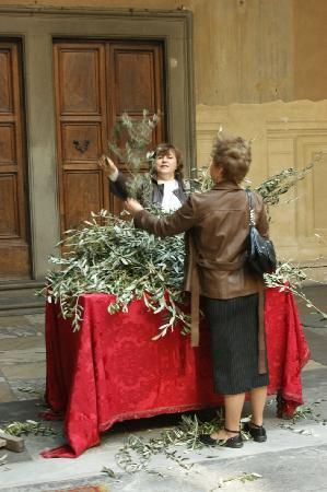 Basilica della Santissima Annunziata - Chiesa di Santa Maria della Scala: the outside, people collecting olive branches