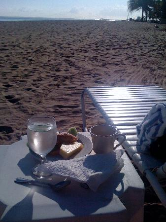Numero Uno Guest House: Breakfast on the beach