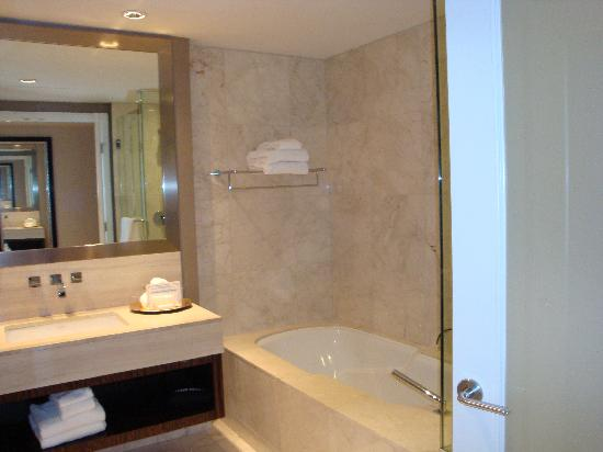 L'Hermitage Hotel: Great bathroom - seperate shower!