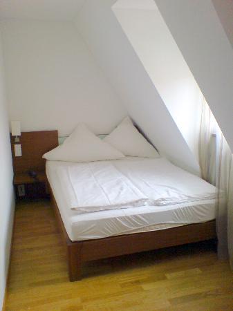 Hotel Restaurant Graf Zeppelin: Blick aufs Bett des ersten Zimmers (501)