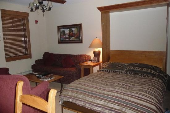 Mountain Thunder Lodge: Living room with murphy bed down
