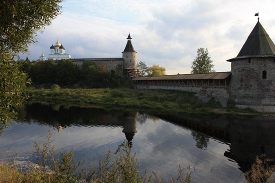 Πσκοβ, Ρωσία: Pskov Krom (Kremlin) - view from the Pskova river