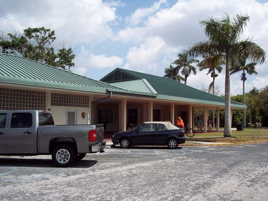 Royal Palm Visitor Center: View from parking lot