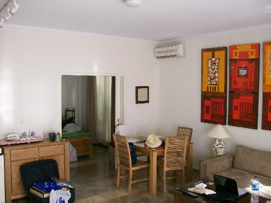 Bali Court Hotel and Apartments: main room leading to the bedroom