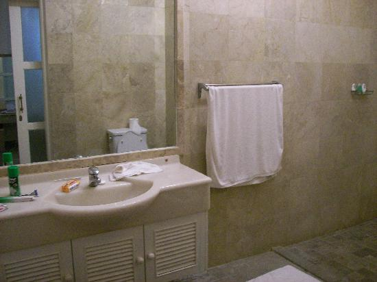Bali Court Hotel and Apartments: clean bathroom