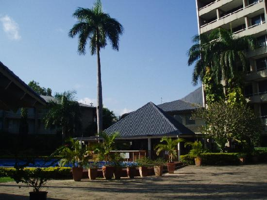 Holiday Inn Port Moresby : POM Hol Inn grounds & pool