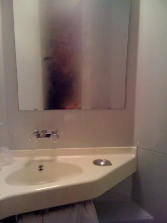 Premiere Classe Vannes : The bathroom
