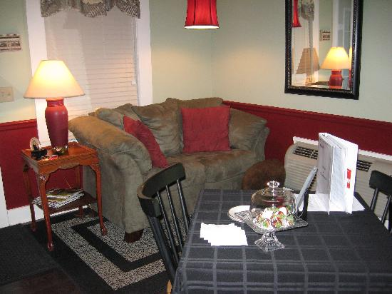 By the Side of the Road Inn & Cottages: The comfy love seat