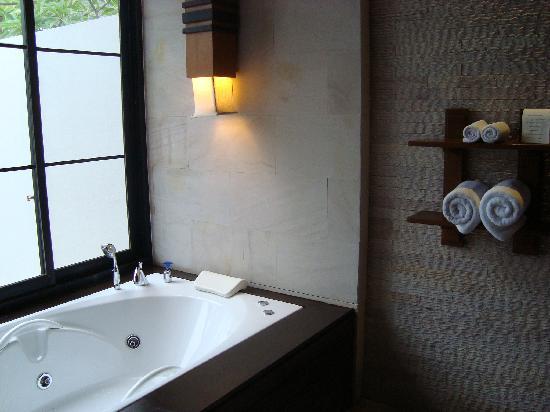 Malisa Villa Suites: le jacuzzi dans la suite