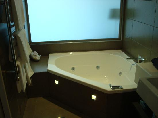 The Crown Hotel Napier: spa bath
