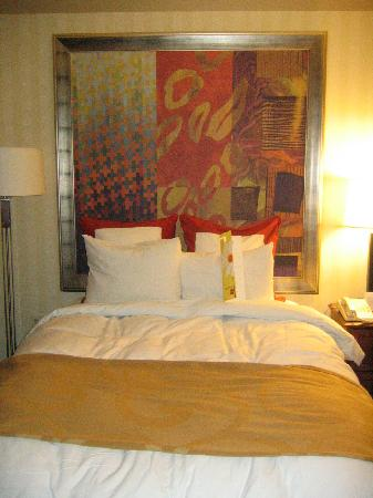 Indianapolis Marriott Downtown: painting in place of a headboard