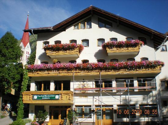 Holzgau, Österreich: Gasthof Bären façade sur rue