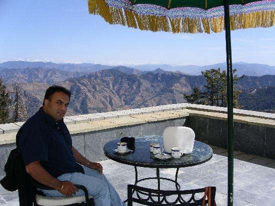 Wildflower Hall, Shimla in the Himalayas: Tea outside was nice ... after the reluctance of the staff to let us sit outside...