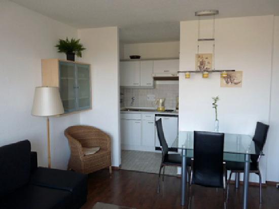 Hotel Deichgraf Cuxhaven: Veermaster - Wohnzimmer mit Blick auf Küche