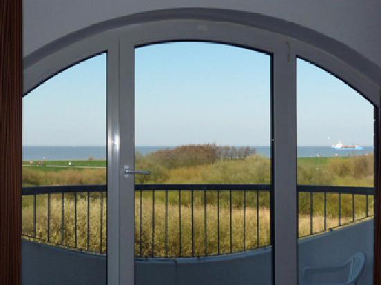 Hotel Deichgraf Cuxhaven: Veermaster - Blick aus dem Wohnzimmer auf Deich und Nordsee
