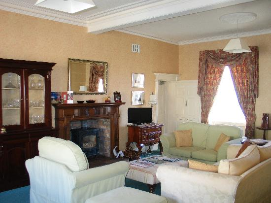 Dufferin Coaching Inn: Spacious guest living room