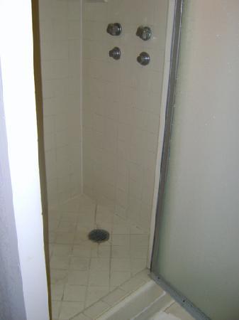 White Sands Hotel: Shower