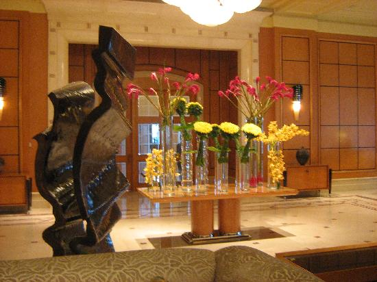 Four Seasons Hotel Cairo at Nile Plaza: flower display in reception