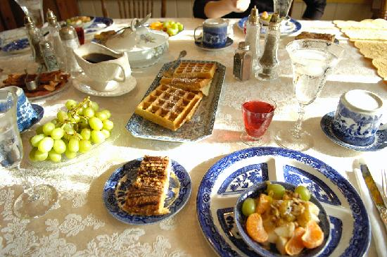 Morning Glory Bed and Breakfast: Bacon, eggs, fruits, fresh bread, cakes, waffles, juice, coffee...I'm drooling again