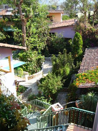 Posada Los Encuentros: Looking down on courtyard/herb garden