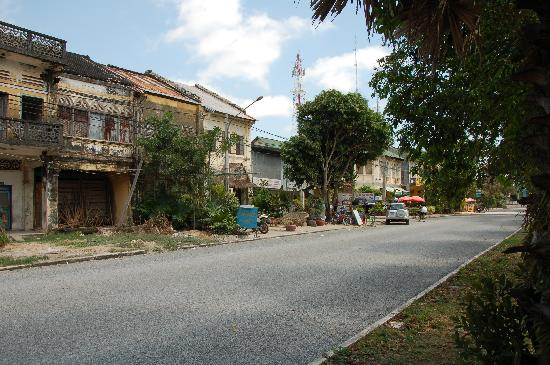 Bokor Mountain Lodge : Hotel is far right