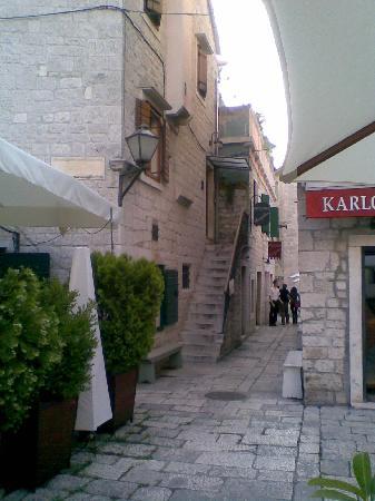 Entrance to Vanjaka B&B above pizzeria