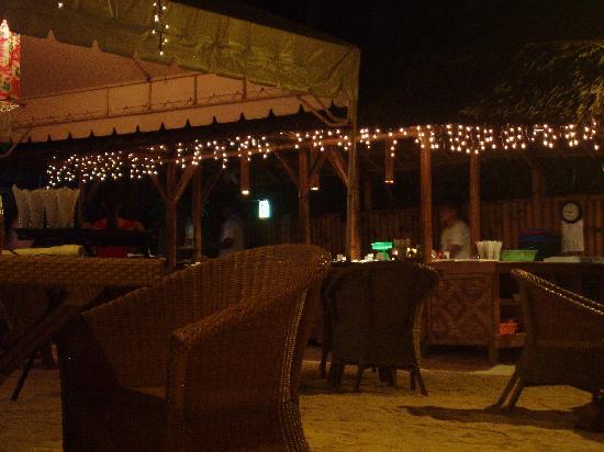 Alona Vida Beach Resort: at night