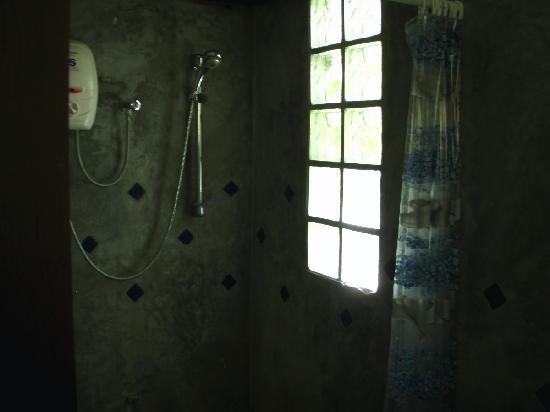Thanya Beach Resort: Shower