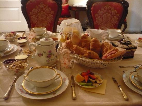 Hostal L' Antic Espai: Breakfast spread